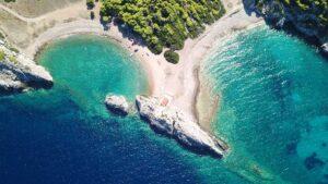 Παραλία Μυλοκοπή: H εξωτική διπλή παραλία με την χρυσή αμμουδιά μόλις 1,5 ώρα από την Αθήνα