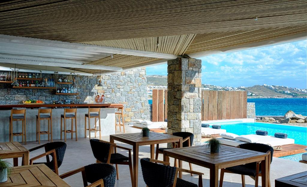 Bill & Coo Coast Suites -restaurant & pool