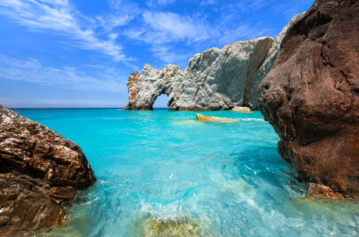 Αυτή η εντυπωσιακή παραλία με τα κρυστάλλινα νερά βρίσκεται στην Ελλάδα και είναι διάσημη σε όλο τον κόσμο για έναν μοναδικό λόγο!