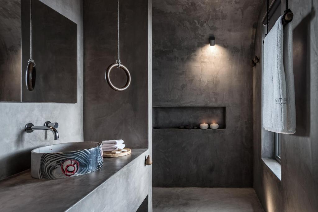 West East Suites Σαντορίνη μπάνιο
