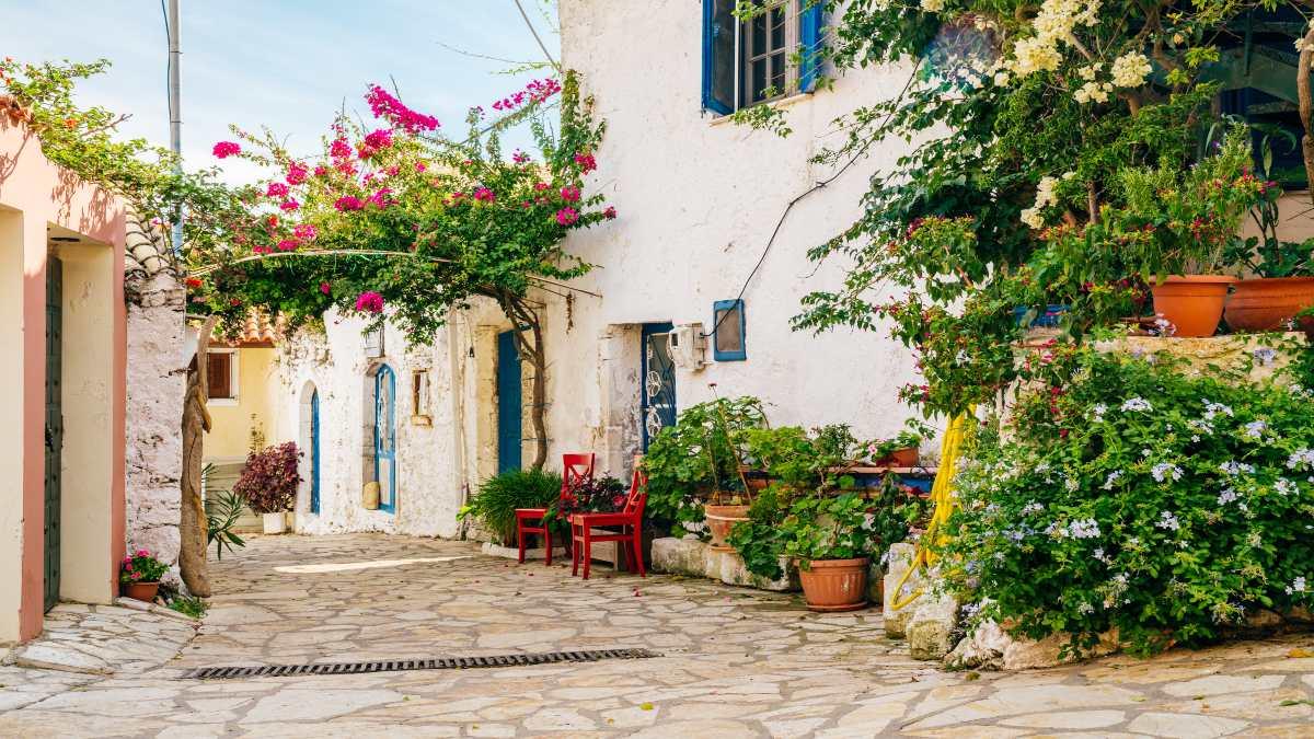 Αφιώνας: Το χρωματιστό χωριό της Κέρκυρας με το ονειρεμένο ηλιοβασίλεμα!