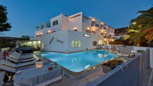 Σύρος: Ο Τάσος Δούσης προτείνει 5 κομψά ξενοδοχεία με εξαιρετική βαθμολογία στη booking και τιμή μέχρι €48 για διακοπές τον Ιούλιο!