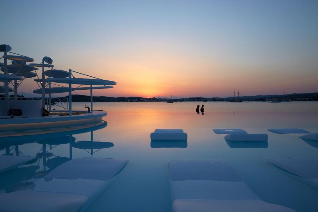 Nikki Beach Resort & Spa, πισίνα ηλιοβασίλεμα