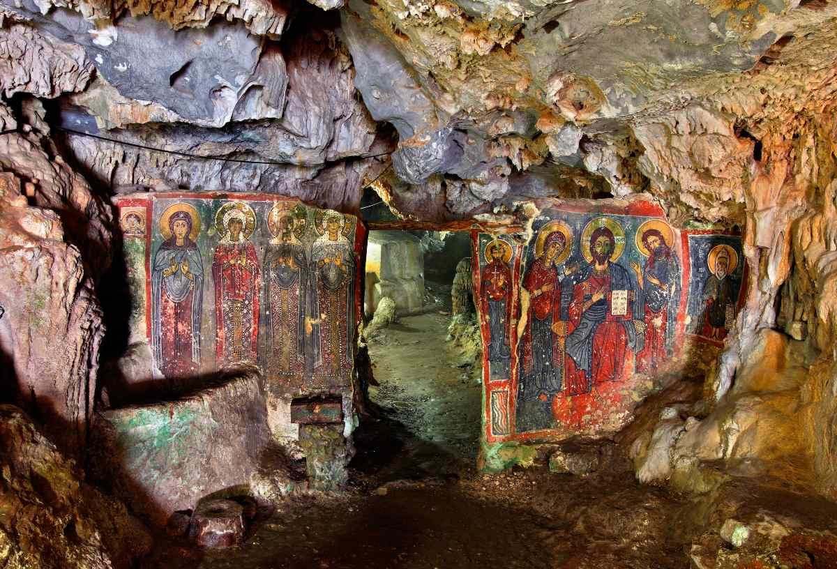 Τοιχογραφίες του 13ου αιώνα στη σπηλιά της Αγίας Σοφίας, κοντά στο χωριό Μυλοπόταμος