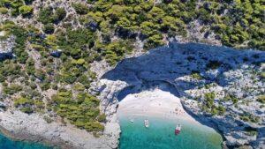 Η κοντινή παραλία με το μυστηριώδες όνομα που μοιάζει σαν… μικρογραφία του διάσημου Ναυαγίου στη Ζάκυνθο!