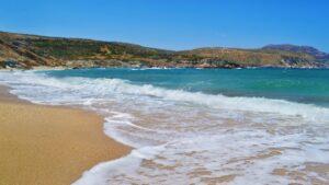 Κορασίδα: Η εντυπωσιακή παραλία της Εύβοιας με τα αιγαιοπελαγίτικα, γαλαζοπράσινα νερά!