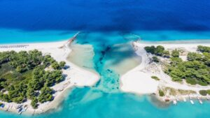 Γλαρόκαβος: «Βουτάμε» στην ονειρεμένη παραλία της Χαλκιδικής που θυμίζει φυσική πισίνα!