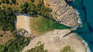 3 «κρυμμένες» υπέροχες παραλίες στην Ελλάδα κατάλληλες για… απομόνωση που οι περισσότεροι δεν γνωρίζουν!