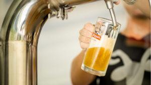 Απολαμβάνουμε την φρέσκια απαστερίωτη μπύρα Χάρμα στο υπερσύγχρονο ζυθοποιείο της!