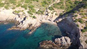 Η παραλία με το αστείο όνομα που είναι ένας «κρυφός παράδεισος» και απέχει μόλις 1 ώρα από το κέντρο της Αθήνας!