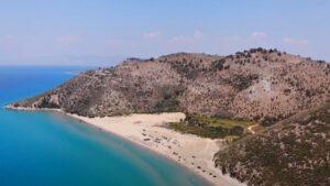 Η μεγάλη αμμώδης παραλία της Πελοποννήσου με τα καταγάλανα νερά!