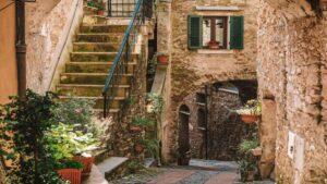 To πανέμορφο μεσαιωνικό χωριό της Ιταλίας που μοιάζει σαν…ψεύτικο!