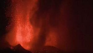 Λα Πάλμα:  Η λάβα από την έκρηξη του ηφαιστείου «καταπίνει» σπίτια και δρόμους!