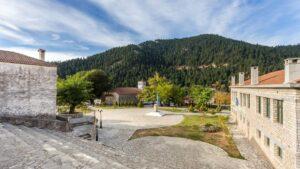 Γνωρίστε το πανέμορφο χωριό της Ευρυτανίας μέσα στο ελατόδασος με τα πέτρινα αρχοντικά