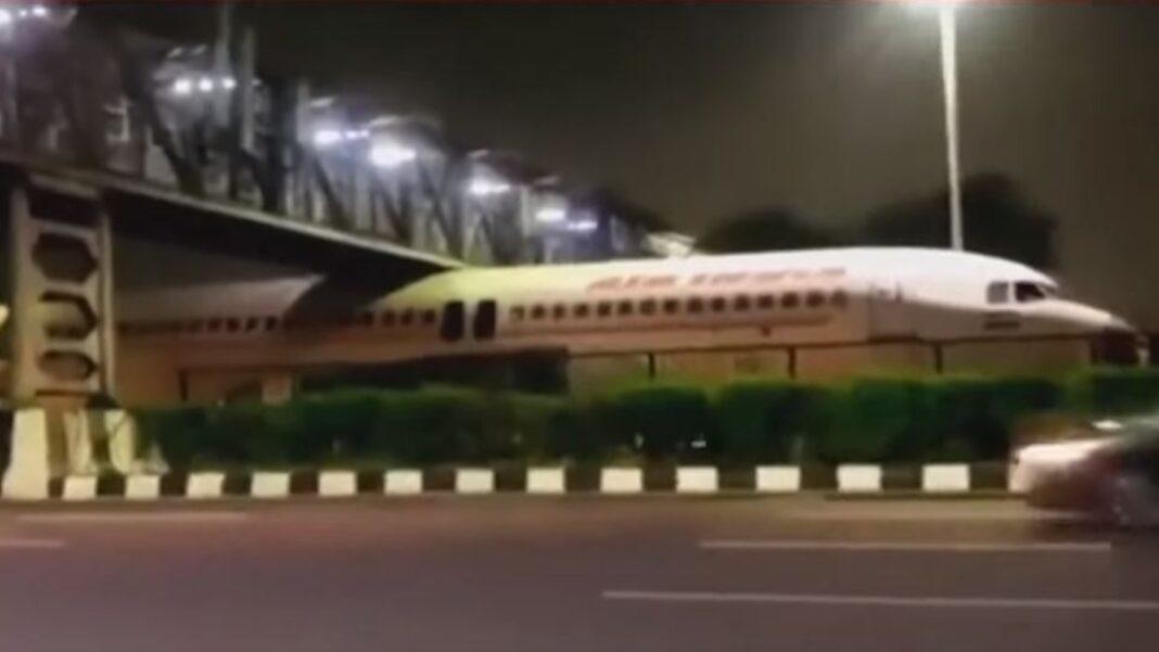 Αεροπλάνο σφήνωσε κάτω από γέφυρα