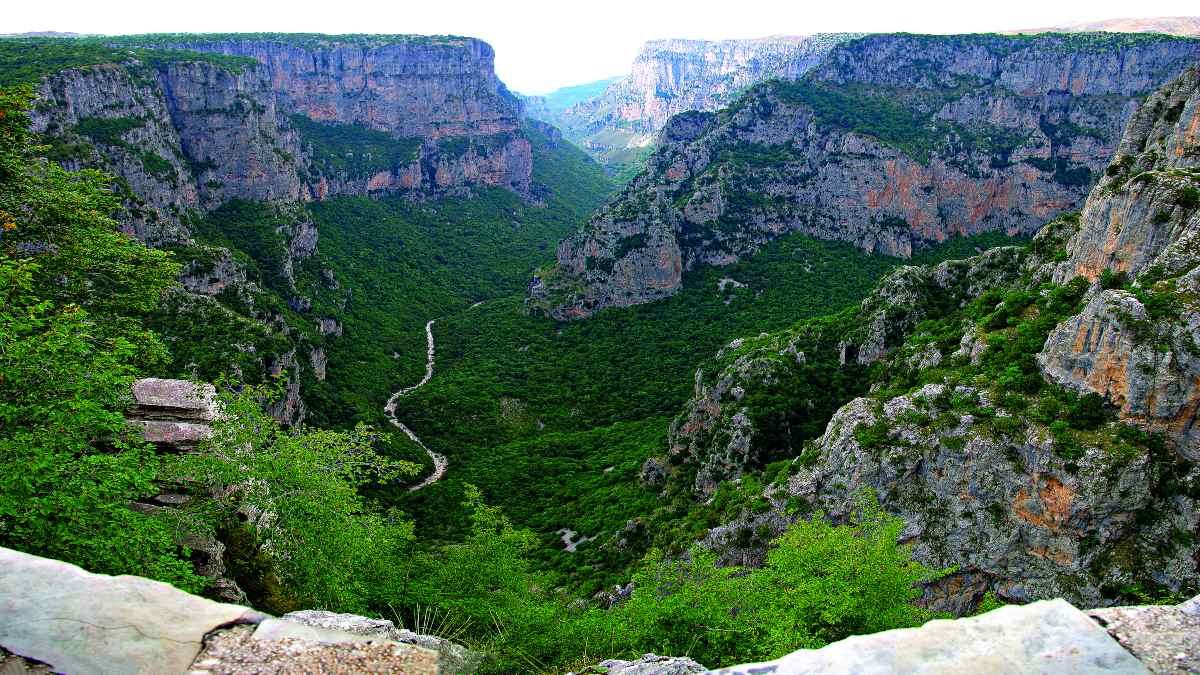Φαράγγι Βίκου: Οδοιπορικό στο ελληνικό «Γκραν Κάνυον» – Το εντυπωσιακό αξιοθέατο που έχει μπει στο βιβλίο Γκίνες